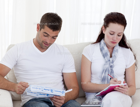 Couple studying their budgetの写真素材 [FYI00482601]
