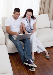 Couple using a laptop to buy onlineの写真素材 [FYI00482605]