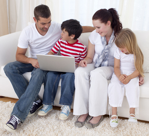 Family at home using a laptopの写真素材 [FYI00482612]