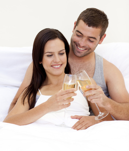 Couple clebraitn their love with champagneの写真素材 [FYI00482618]