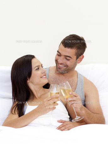 Couple drinking champagne in bedの写真素材 [FYI00482619]