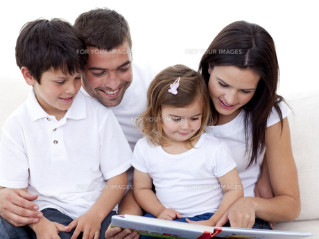 Portrait of a lovely family reading a bookの写真素材 [FYI00482633]