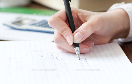 Close up of a student doing her homeworkの素材 [FYI00482644]