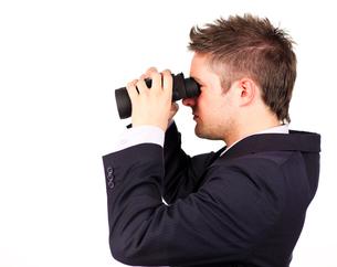man looking through Binocularsの素材 [FYI00482654]
