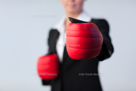 Business woman with boxing gloves onの写真素材 [FYI00482656]
