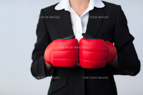Business woman with boxing gloves onの写真素材 [FYI00482657]