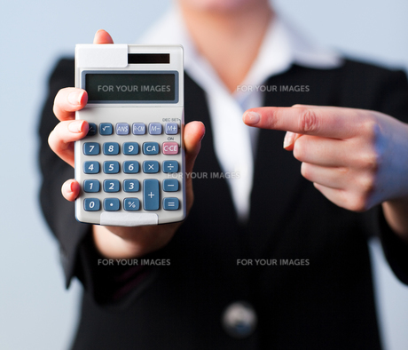Business woman with a calculatorの写真素材 [FYI00482658]