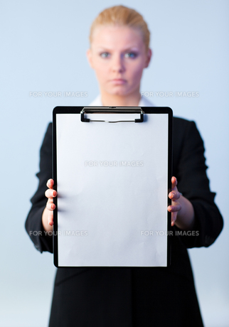 businesswoman holding a clipboardの素材 [FYI00482659]