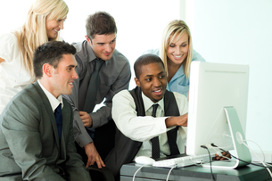 Businessman explaining a job to his team in officeの写真素材 [FYI00482662]