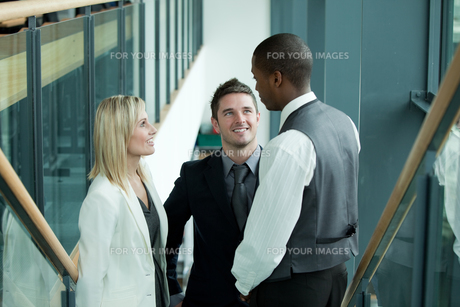 Business team discussing in workplaceの写真素材 [FYI00482665]