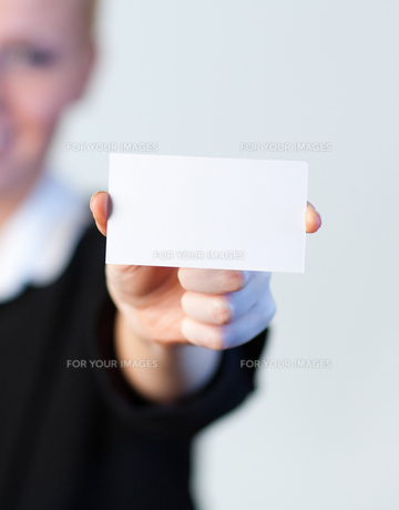 smiling Business woman holding out a business cardの写真素材 [FYI00482671]