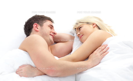 loving Couple relaxing on bedの素材 [FYI00482672]
