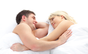 loving Couple relaxing on bedの写真素材 [FYI00482672]