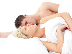 loving Couple relaxing on bedの写真素材 [FYI00482674]