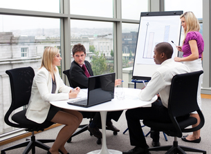 Business people working together in an officeの写真素材 [FYI00482702]