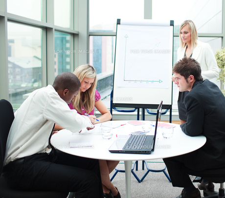 Business people working together in a meetingの写真素材 [FYI00482704]