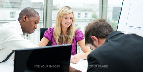 Business team working in an officeの写真素材 [FYI00482706]