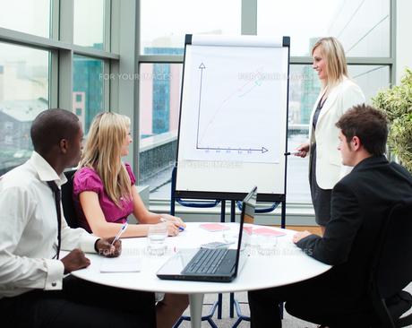 Beautiful businesswoman giving a presentationの写真素材 [FYI00482707]