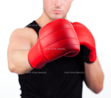 young man wearing boxing glovesの写真素材 [FYI00482726]