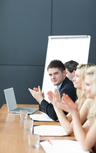 Business team at a presentation clappingの写真素材 [FYI00482732]