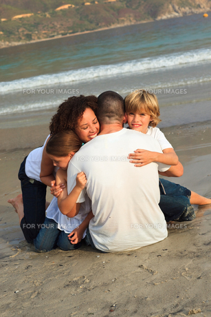 Happy family on a beachの写真素材 [FYI00482739]