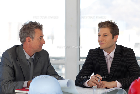 Two business people talking about a reportの写真素材 [FYI00482746]