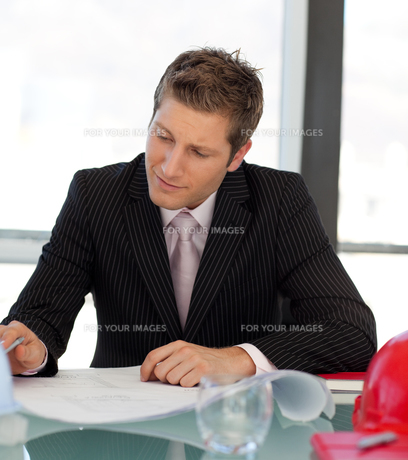 Business architect in an office on a reportの写真素材 [FYI00482747]