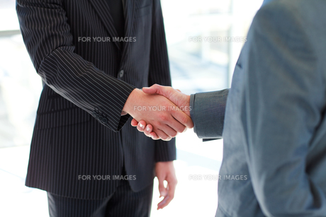 Business people shaking handsの写真素材 [FYI00482749]