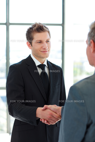 Two Business Man shaking handsの素材 [FYI00482751]