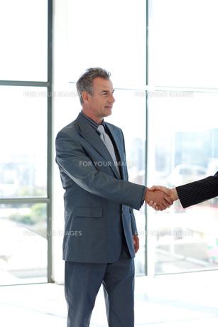 Senior businessman shaking handsの写真素材 [FYI00482752]