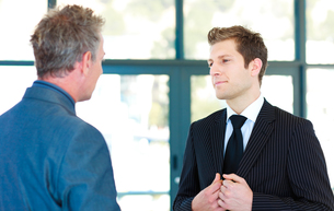 Young businessman talking to a senior managerの写真素材 [FYI00482753]