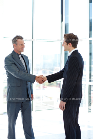 Businessmen shaking handsの写真素材 [FYI00482754]