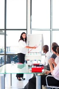 Confident businesswoman in a presentationの写真素材 [FYI00482757]