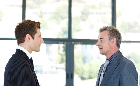 Businessmen talking to each otherの写真素材 [FYI00482758]