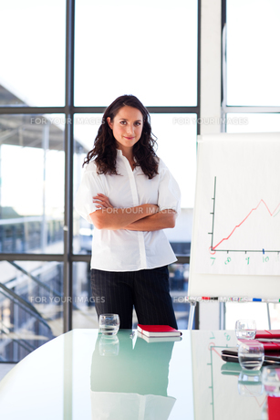 Confident brunette businesswoman in a presentationの写真素材 [FYI00482760]