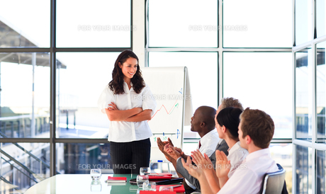 Confident businesswoman looking at her team in a presentationの写真素材 [FYI00482762]