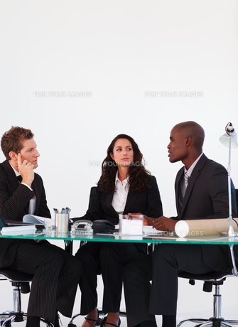 Business people discussing in a meetingの写真素材 [FYI00482770]