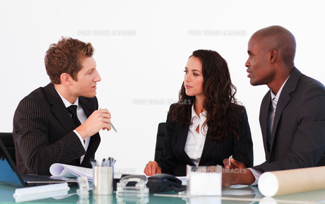 Business people discussing in an officeの写真素材 [FYI00482772]