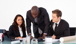 Businessman talking to his teamの素材 [FYI00482773]