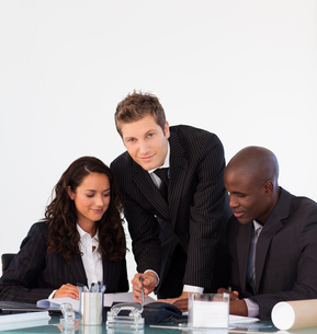 Business people discussing in an office and looking at the cameraの写真素材 [FYI00482774]