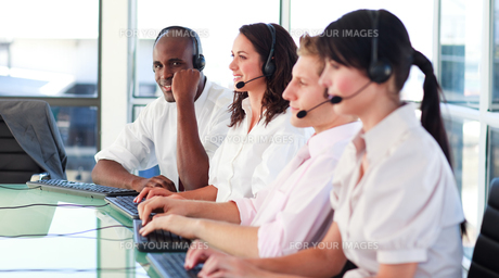 Business employees in a call centerの写真素材 [FYI00482775]