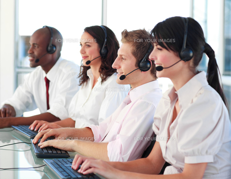 Business employees in a call centerの写真素材 [FYI00482777]