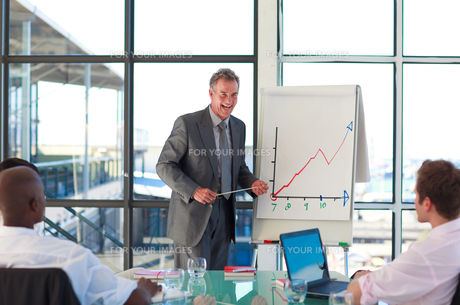 Mature manager speaking in a presentationの写真素材 [FYI00482789]