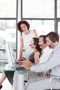 Leader managing her team in a call centerの写真素材 [FYI00482795]