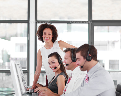 Female leader managing her team in a call centerの写真素材 [FYI00482796]