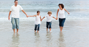 Family walking on the beachの写真素材 [FYI00482799]