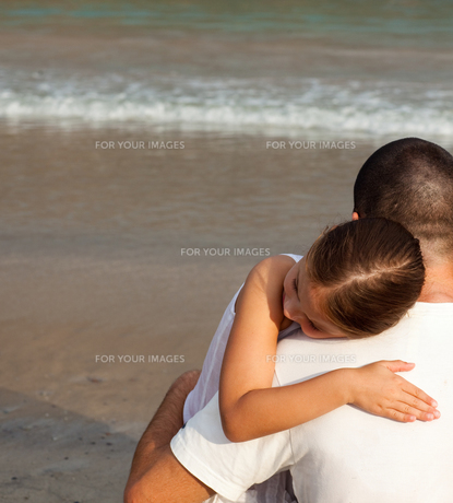 Daughter and father hugging on the beachの写真素材 [FYI00482800]