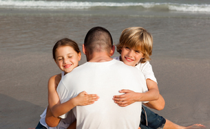 Father with his two children on the beachの写真素材 [FYI00482801]