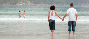 Couple walking on the beachの写真素材 [FYI00482802]