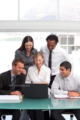 Business team working together with a laptopの写真素材 [FYI00482813]